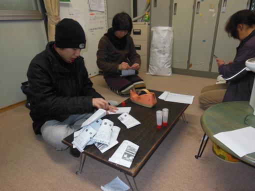 生徒は、職員さんと一緒に屋外で土づくり(施肥)の作業を行いました。この... 職場実習  NPO