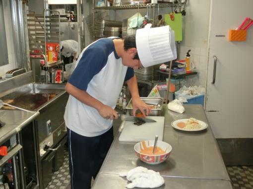 料理長が丁寧にご指導をしてくださり、料理の大好きな生徒はいろいろな体験... 職場実習  NPO